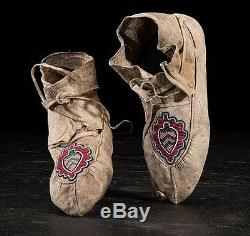 Ca1880 NATIVE AMERICAN CREE INDIAN PAIR OF BEAD DECORATED HIDE MOCCASINS